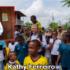 El presidente Ivan Duque entrega dulces a niños de Bojayá